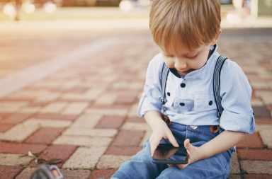 dziecko i smartfon